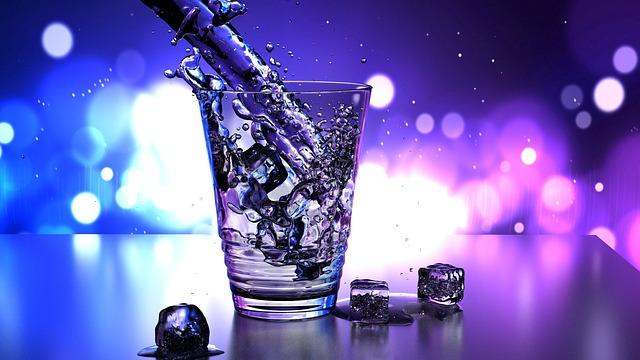 Szklanka wody źródlanej z lodem