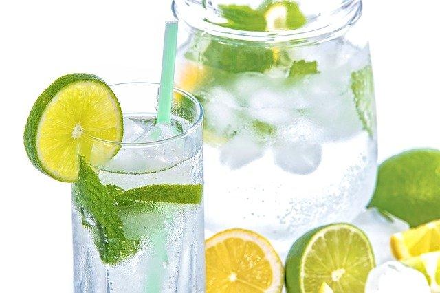 Woda źródlana z cytryną