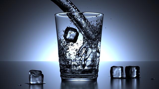 Woda źródlana z lodem